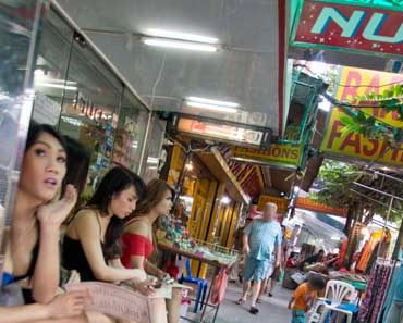 review of nuch ladyboy massage parlor in bangok thailand